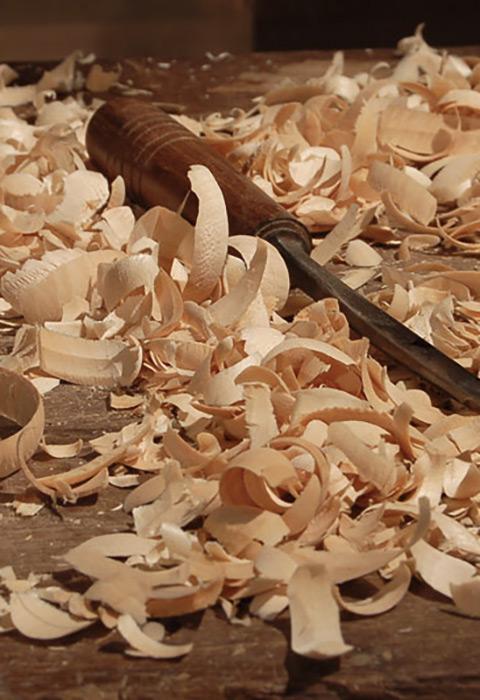 Ciseaux et copeaux de bois