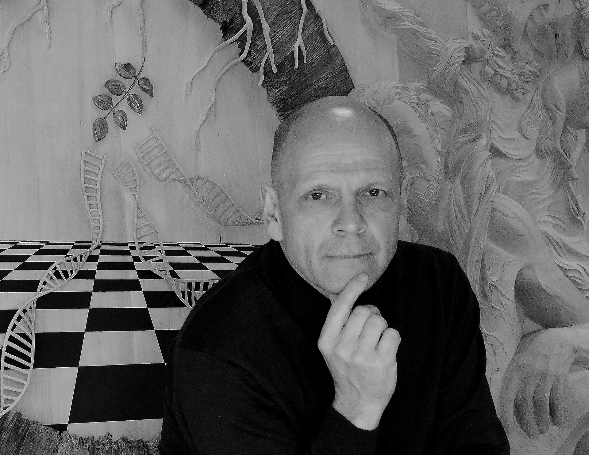 Bruno Minguet pose devant fresque