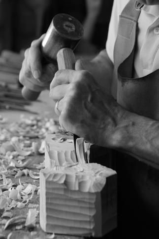 Artiste sculpteur sur bois