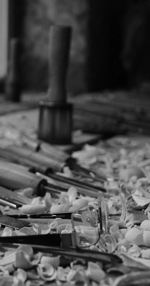 Lunettes sur copeaux de bois de l'artiste sculpteur