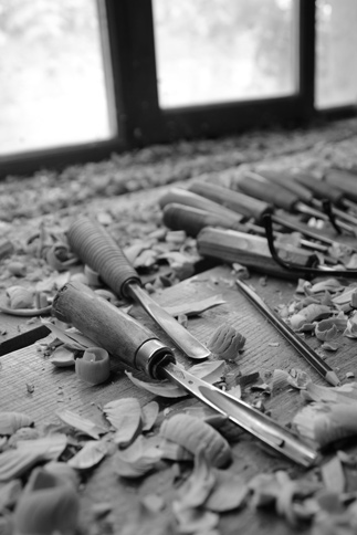 Outils de l'artiste sculpteur, copeaux de bois
