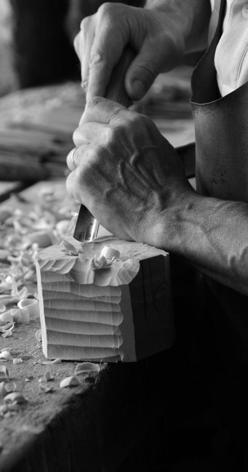 Les mains au travail du sculpteur sur bois